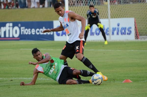 Léo Moura disputa bola durante treino do Flamengo em Natal