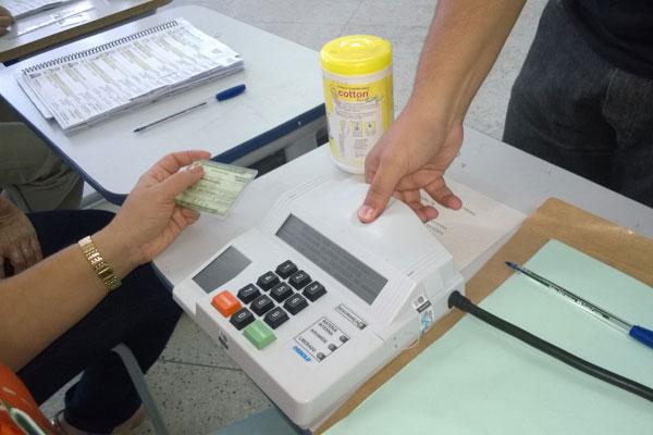 Leitura biométrica tem causado transtornos em locais de votação
