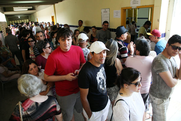 Zona Sul: eleitores enfrentaram longa espera na escola estadual Walfredo Gurgel, onde funcionaram 14 seções eleitorais