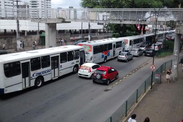Na avenida Bernardo Vieira, na lateral do Midway Mall, motoristas bloquearam uma faixa durante manifestação