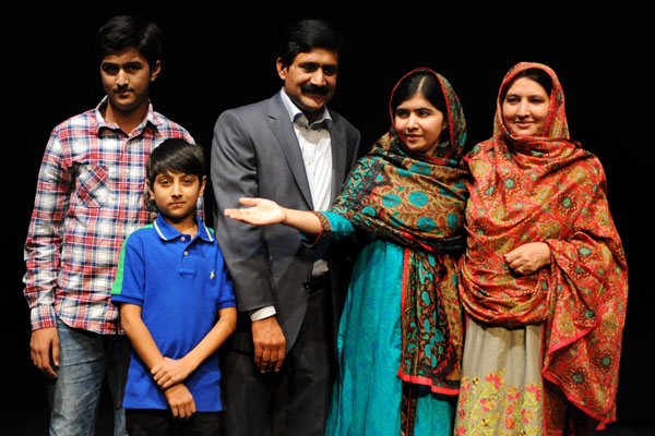 Malala Yousafzai, entre os pais e irmãos, fala à imprensa em Birmingham sobre o Nobel da Paz