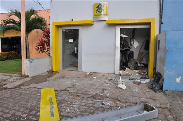 Parte externa do banco também ficou destruída com o impacto da explosão