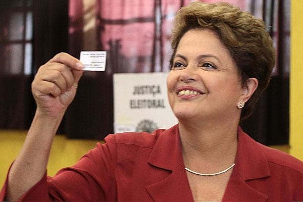 Candidata à reeleição Dilma Rousseff (PT) votou em escola na cidade de Porto Alegre