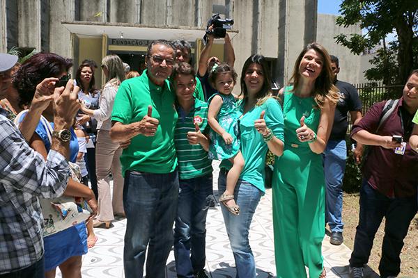 Candidato Henrique Alves chegou ao local de votação acompanhado por familiares