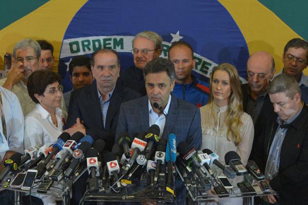 Aécio Neves, que terá mais quatro anos de mandato no Senado, pede união nacional