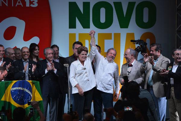 Dilma Rousseff comemora com o vice Michel Temer, o ex-presidente Lula e aliados
