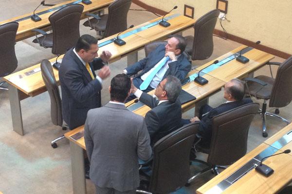 Deputados conversam, no plenário da Assembleia Legislativa, sobre pauta de votações