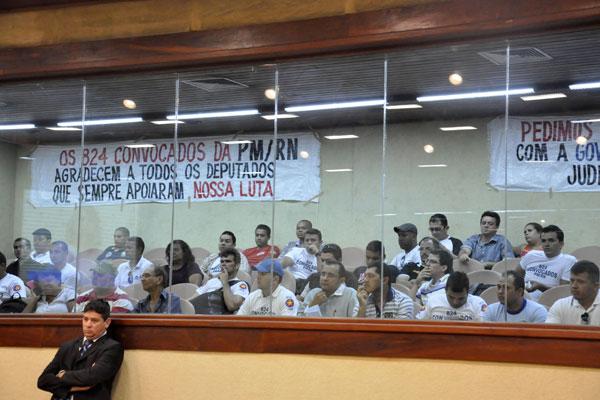 Concursados para a PM fizeram protesto ontem na Assembleia