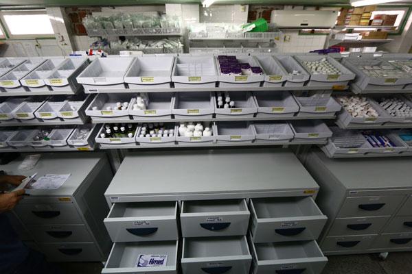 Gavetas e prateleiras da farmácia do hospital Walfredo Gurgel, encontram-se, em sua maiora, desabastecidas