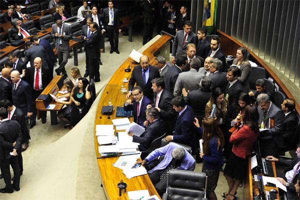 Deputados votam a PEC que define um aumento escalonado de um ponto percentual no FPM