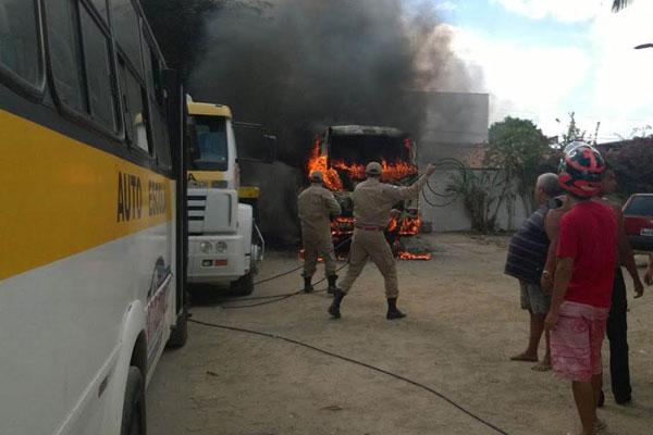 Micro-ônibus pega fogo em autoescola de Parnamirim