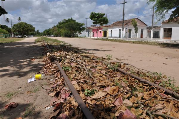 A antiga estação de trem de Pedro Velho está abandonada e trilhos foram tomados por lixo e vegetação