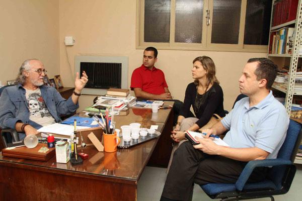O diretor de redação da Tribuna do Norte, Carlos Peixoto (esquerda), durante visita do assessor regional da TIM, Bruno Ribeiro (camisa vermelha), Roberta Câmara, da área de Relações com Imprensa e Sustentabilidade, e Douglas  Soares, gerente executivo de Operações de Rede da TIM Nordeste