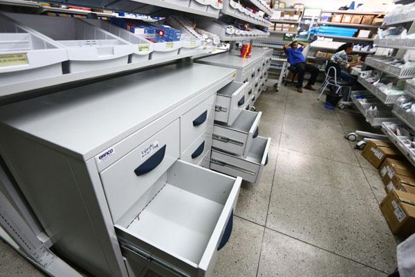 Gavetas e prateleiras da farmácia central do Walfredo Gurgel estão desabastecidas de material básico desde o mês passado