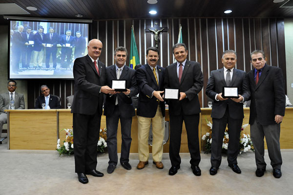 O presidente da Assembleia, Ricardo Motta, e Sérgio Luiz Cordeiro, do BB (no centro)
