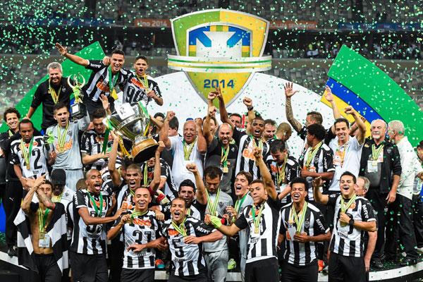 Após bater o campeão brasileiro duas vezes, jogadores do Galo comemoram a conquista inédita