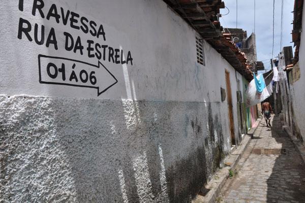 Em Santos Reis, zona Leste de Natal, não é difícil encontrar ruas que não foram projetadas e estão  sujas e com pouco iluminadas
