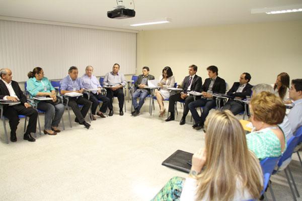 Governador eleito Robinson Faria, a equipe de transição e atuais secretários se reúnem na Escola de Governo