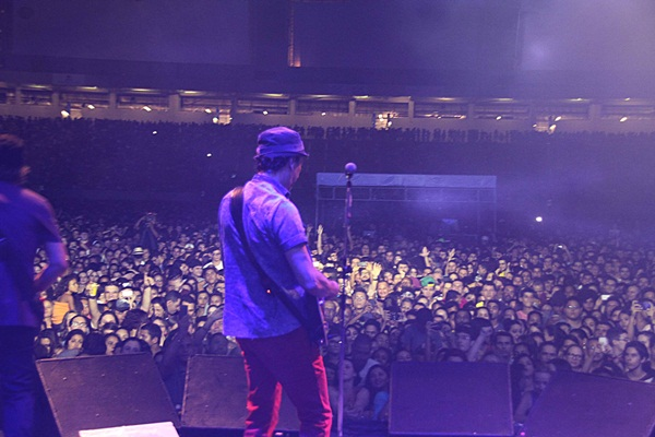 o show do cantor Zeca Baleiro reuniu cerca de 18 mil pessoas no estádio Arena das Dunas