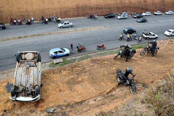 Várias pessoas pararam para observar o local onde ocorreu o acidente