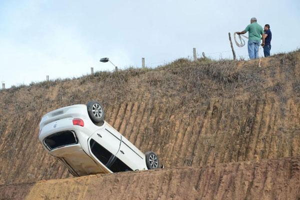 Carro teria caído em barranco após perseguição
