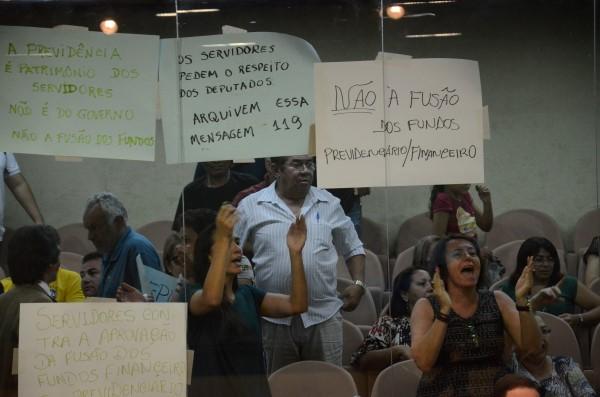 Durante discussão do projeto, servidores protestavam contra a fusão dos fundos previdenciários