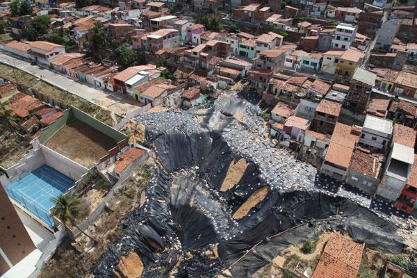 Segundo o planejamento da obra, os serviços de reconstrução vão começar pelo aterramento e compactação da área da cratera