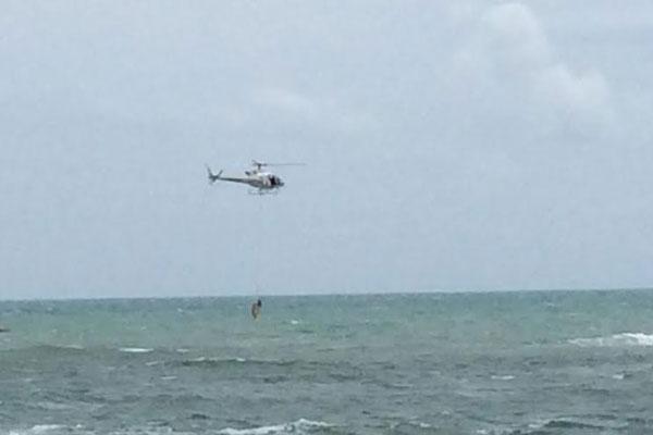 Os guarda vidas do Corpo de Bombeiros Militar do RN e da Força Nacional de Segurança, com o apoio da tripulação do Helicóptero Potiguar 01
