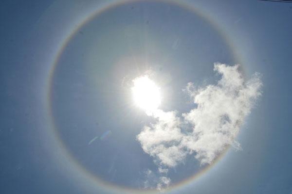 Halo solar é formado quando há cristais de gelo na atmosfera