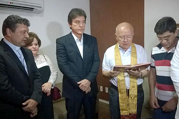 Padres Adelson e Augustinho fizeram bênção em gabinete de Robinson