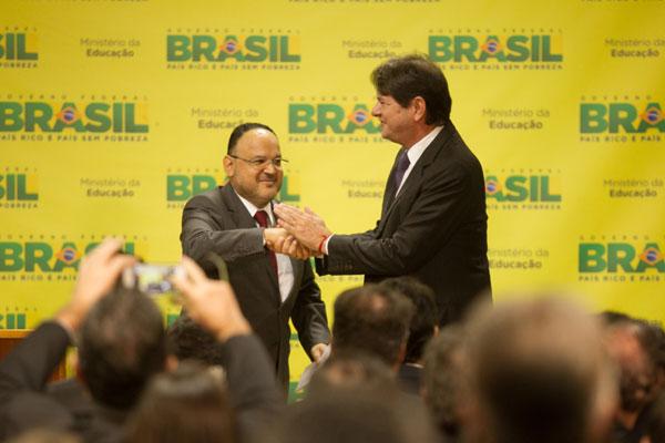 Henrique Paim transmite o cargo e cumprimenta Cid Gomes, que ficará responsável por implementar reformas no ensino básico