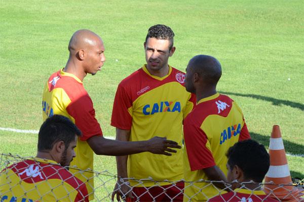 Flávio Boaventura conversa com Júnior Timbó e Cascata. Os três jogadores, que já atuaram pelo rival ABC, treinaram no América