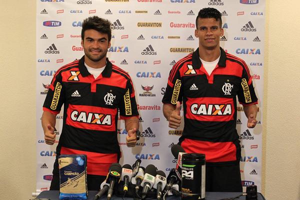 Meia Arthur Maia e lateral-esquerdo Thallyson foram apresentados pelo Flamengo nesta sexta (9) em Atibaia