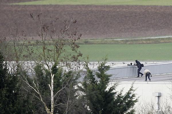 Polícia cercou fábrica e matou dois irmãos suspeitos pelo assassinato de 12 pessoas no semanário Charlie Hebdo, em Paris