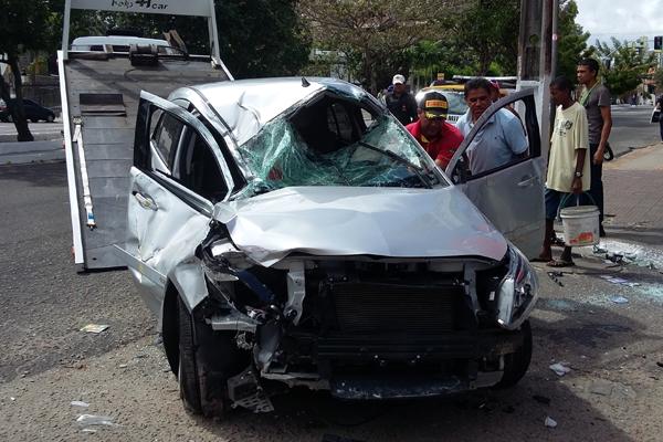 Carro ficou parcialmente destruído após o capotamento