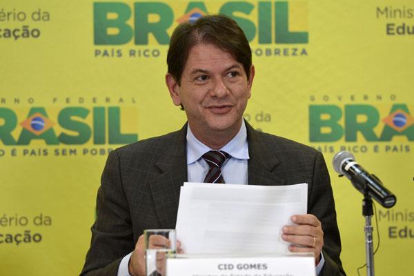 Cid Gomes: cabe à comunidade acadêmica analisar resultados