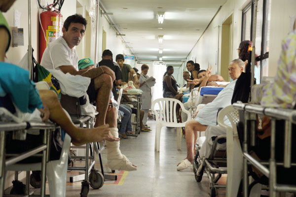 Pacientes aguardam encaminhamento para cirurgias em macas no corredor do HWG. Alguns, estão nessa situação há mais de um mês