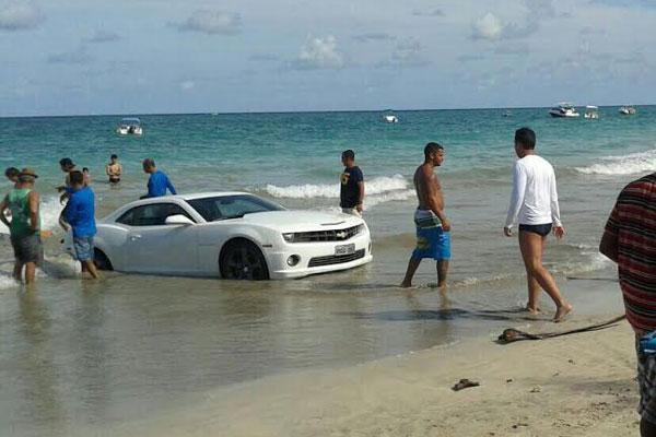 Motorista andava com carro de luxo em orla de Cotovelo e veículo precisou ser rebocado