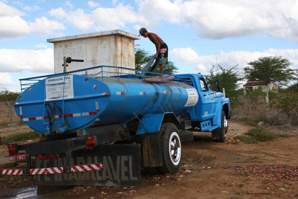 Maioria dos municípios do serão potiguar depende de abastecimento d'água via carro-pipa