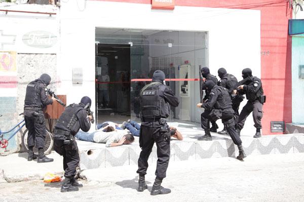 Policiais Militares do Bope efetuaram a prisão dos três assaltantes, após a rendição. Assalto começou por volta das 11h de ontem