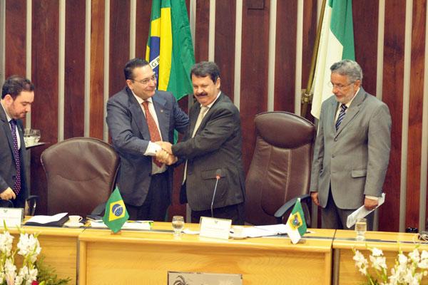 Ezequiel Ferreira de Souza cumprimenta Ricardo Motta depois do anúncio do resultado