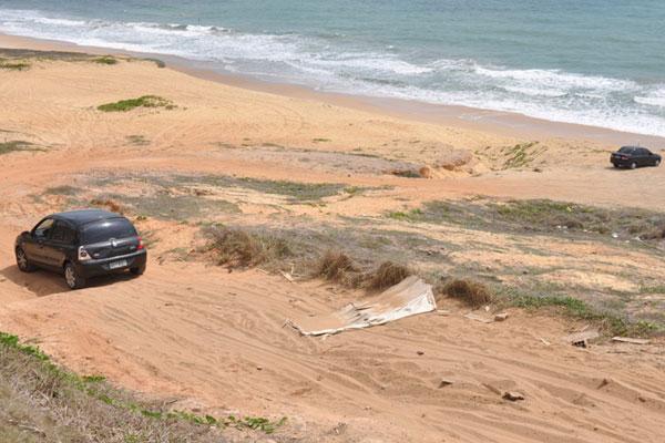 Acesso 3: Há indicação (piso vermelho no calçadão) mas não há placas. Na descida, areia fina e desníveis dificultam o tráfego