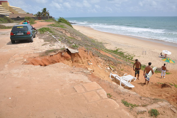 Acesso 5: Há calçamento até o início do acesso, mas depois só existem buracos e pedras. Quem desce tenta melhorar o acesso
