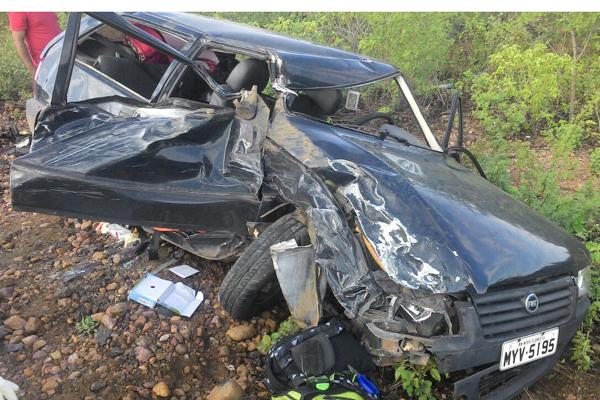 Carro em que a família viajava ficou completamente destruído. Acidente aconteceu na BR-226, entre Janduís e Campo Grande
