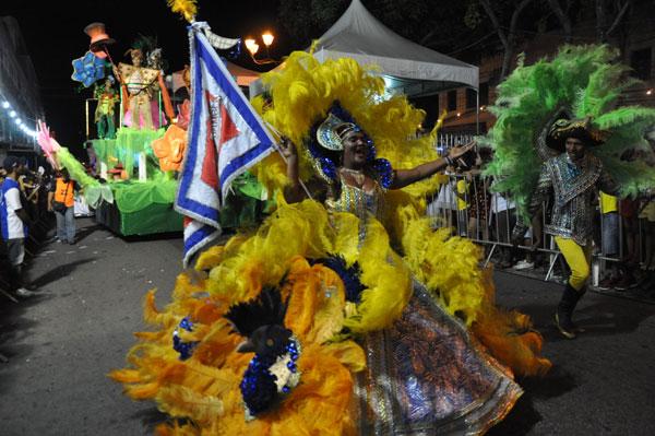 """Escola Malandros do Samba, das Rocas, apostou na literatura infantil. Com o enredo """"Alice no país das maravilhas do carnaval"""" sagrou-se campeã. Escola volta á avenida no próximo sábado (21)"""