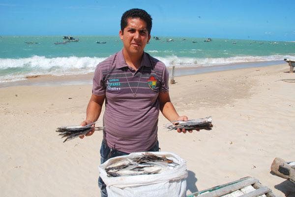 Izailton Luiz de Freitas, que comercializa peixe-voador em Caiçara do Norte, vê possibilidade de as vendas crescerem, pelo menos, 50%