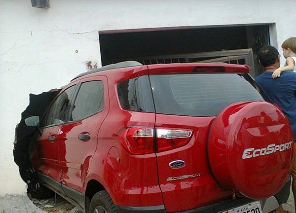 Os criminosos levaram um veículo Ford EcoSport, de propriedade da família