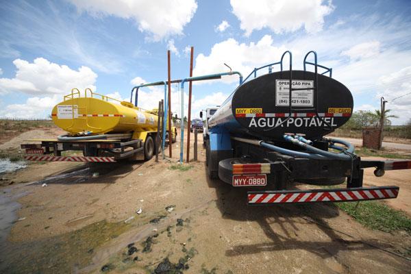 Carros-pipa percorrem quase 400 quilômetros, todos os dias, para levar água de Vera Cruz até municípios da região Seridó