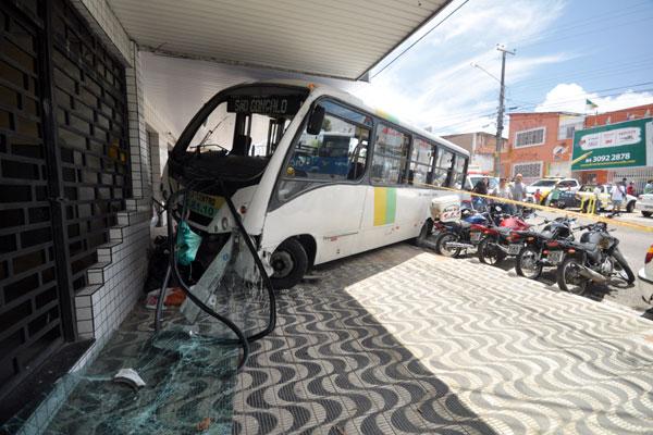 Microônibus envolvido em acidente no final da manhã de ontem
