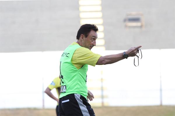 Roberto Fonseca, pressionado, comanda o Alvinegro em casa